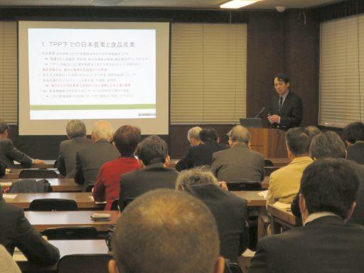 会場の様子:講師の三石氏とその解説に耳を傾ける出席者の方々